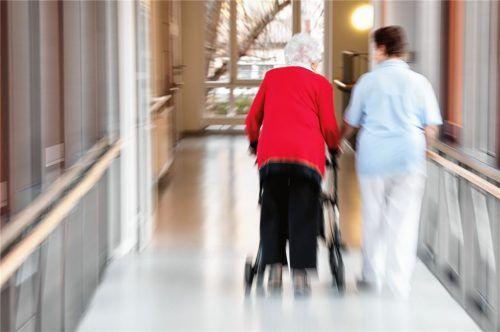 Für Bewohner von Alten- und Pflegeheimen, die derzeit auf den persönlichen Kontakt zu den Angehörigen verzichten müssen, ist die durch das Coronavirus hervorgerufene Situation eine besondere Belastung. Fotos dpa,re