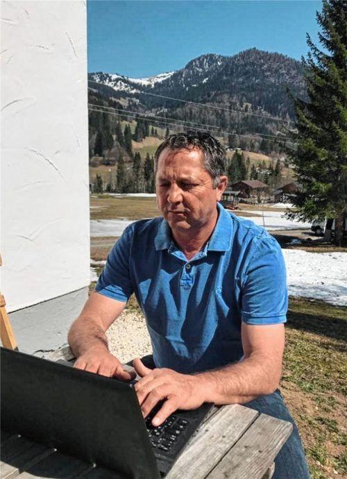 """Gezwungenermaßen ein """"Laptop-Sportlicher Leiter"""": Hans Kroneck vom TSV 1860 Rosenheim regelt seit einem Monat alles von seinem Ferienhaus in Österreich. Foto  privat"""