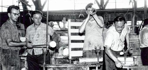 Glasbläser der Südbayerischen Sudetenglashütte in Aktion zeigt dieses Archivbild aus dem Jahr 1965. Fünf Jahre später erloschen die Schmelzöfen für immer.Foto  Stadtarchiv