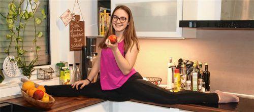 Home-Training der besonderen Art: Marina Eder hat die heimische Küche kurzerhand auch für Spagatübungen umfunktioniert. Fotos  Neuwirth