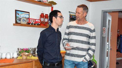 Jürgen Dräger (rechts) leitet die First-Responder-Gruppe Feldkirchen-Westerham, links sein Stellvertreter Andreas Boschert. Im Moment können die Mitglieder aufgrund der aktuellen Lage nicht ausrücken. Doch das BRK steht für die Versorgung parat. Foto  Merk