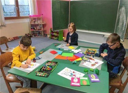 Liebevolle Gestaltung: Samir, Charlotte und Luca gestalteten die Ostergrüße in der Grundschule Ampfing. Fotos  RE