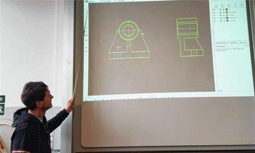 Lothar Ploner, Lehrer für Technologie, bei der fachpraktischen Vertiefung beim Online-Unterricht aus dem Klassenzimmer. Fotos FOS/BOS