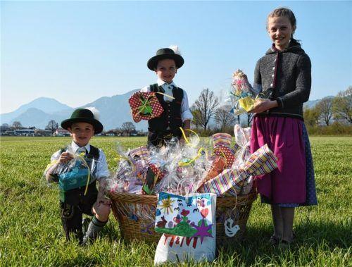 Ludwig, Martin und Maria Cerweny (von links), mit einem Geschenkkorb voller Osterüberraschungen für die Bewohner des Pflegeheims.Foto Ruprecht