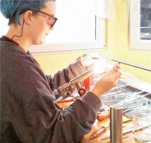 Marlene Haslinger macht das, was sie schon immer begeistert hat. Sie bearbeitet Glas und lernt in Zwiesel den Beruf der Glasapparatebauerin.