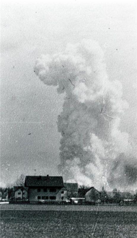 Nach dem Angriff: Im weiten Umkreis, so wie hier von Aschau aus, waren am 11. April 1945 in der Mittagszeit Rauchpilze über dem Kraiburger Pulverwerk zu sehen. Foto Stadtarchiv