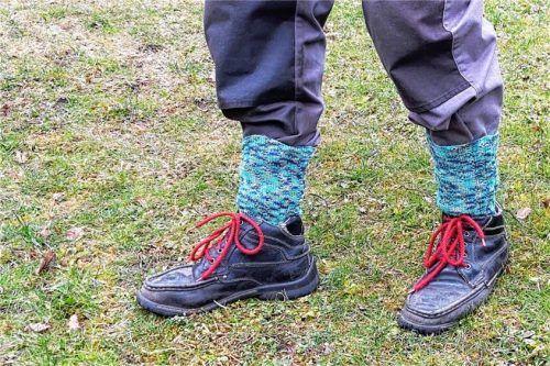 Nicht schön, aber hilfreich: Dr. Heinz Utschig von den Staatsforsten Wasserburg empfiehlt als besten Schutz gegen Zecken: die Hose in die Socken stecken. Foto Tretner