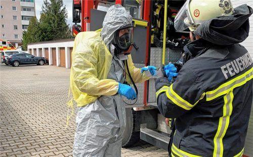 Nur mit entsprechender Schutzausrüstung absolviert die Waldkraiburger Feuerwehr Einsätze, um den Kontakt mit Außenstehenden oder möglichen Infizierten zu vermeiden.Foto  Feuerwehr Waldkraiburg