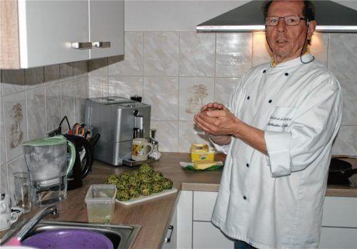Otto Schwanda, Zweiter Vorsitzender des AWO-Ortsvereins Au-Bad Feilnbach, bei der Zubereitung des Mittagessens. Hier gibt´s Spinatknödel mit brauner Butter und Parmesan, dazu Blattsalat. Foto  Stumpf