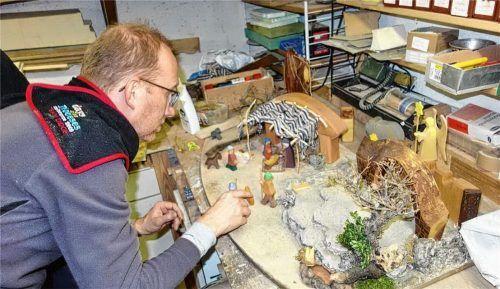 Priens Pfarrer Klaus Hofstetter gestaltet seine Krippe und sortiert die Figuren darin. Sein Tipp für das Osterfest in Zeiten von Corona: Jeder soll sich seine Krippe aufbauen und individuell auf Ostern gestalten.Fotos  Hötzelsperger/re