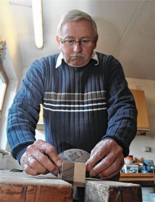 Seine Freizeit füllt der Hörberinger Michael Asbeck mit seinem Hobby aus: Holzarbeiten. Foto  Jaensch