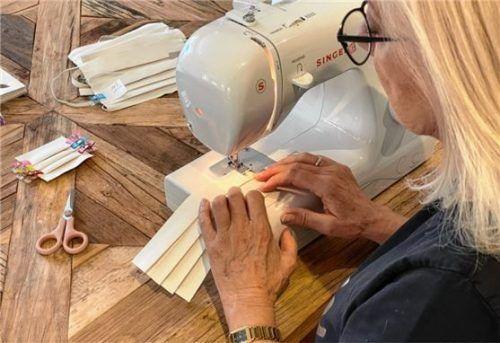 Selbst die Gesellschafterin Evelyn Rickauer legt Hand an beim Produzieren der Masken.Foto Dekumed