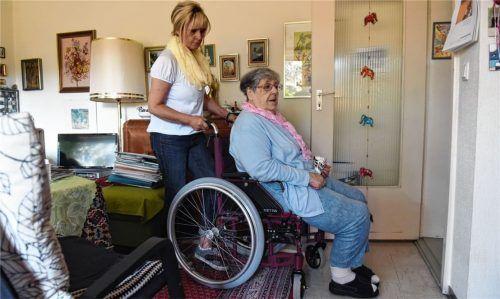 Seniorin im Rollstuhl: Neuzugänge (Beispielfoto vor Corona-Krise) in Bayerns Heimen sind derzeit nur dann gestattet, wenn die Einrichtung garantieren kann, dass sie 14 Tage separiert werden können. Foto DPA