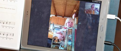 So sieht Musikunterricht in Zeiten der Corona-Krise aus. Magdalena Lindner ist jedenfalls mit Feuereifer bei der Sache.Fotos Privat