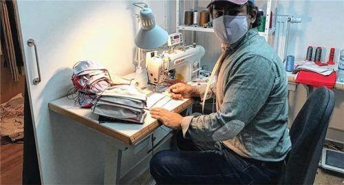 Stellt Gesichtsmasken im Akkord her: Schneider Hüseyin Tiskaya. Foto privat