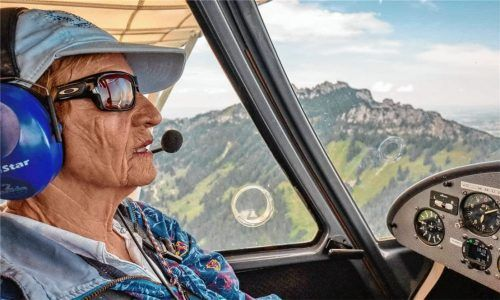 Über den Wolken, beziehungsweise auf Augenhöhe mit ihnen, fühlt sich Pilotin Ingrid Hopman ganz in ihrem Element. Die Rimstingerin ist Bayerns älteste Privatpilotin.Fotos  Nitzsche (1) / Hötzelsperger