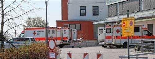 Verlegung: Negativ getestete aber noch kranke Patienten werden aus Mühldorf nach Burghausen verlegt. Foto  fib/Eß