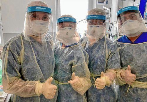 Zeichen der Hoffnung: Vitus Jas (links) mit Kollegen im Klinikum, ausgestattet mit den neuen Bauer-Visieren überm Mundschutz. Foto privat