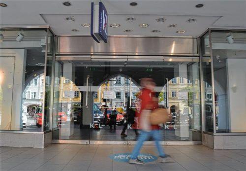 Kaum hatte K&L zugemacht, geriet das große Kaufhaus am Mühldorfer Stadtplatz erneut in die Schlagzeilen: Sein Eigentümer, die Nordus GmbH,soll in Geldwäsche verstrickt sein. Die Staatsanwaltschaft beschlagnahmte das Haus, Nordus darf es trotzdem weiter vermarkten. Jetzt ist Mode Hell neuer Mieter.Foto  Honervogt
