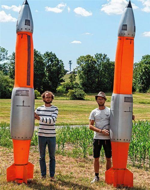 Solche Atombomben wie die B61 (auf dem Foto natürlich Attrappen) sollen niemals auf Menschen fallen. Dafür engagieren sich seit Jahren die Zwillingsbrüder Johannes (links) und Daniel Oehler, die in Reitmehring aufgewachsen sind. Foto Ralph Schlesener