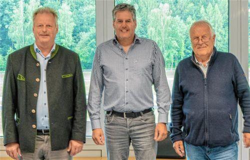 Sie fliegen wieder: Erster Vorsitzender und Bürgermeister Ludwig Entfellner (von links), der neue geschäftsführende Vorsitzende Thomas Ager und der Dritte Vorsitzende Dr. Thomas Holzmann freuen sich über den Neustart auf dem Flugplatz Unterwössen. Foto Flug