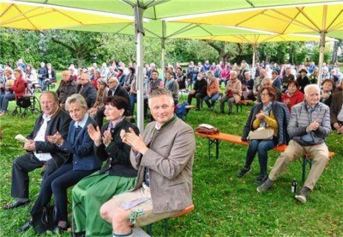 Begeistert waren auch Bürgermeister Richard Richter mit Frau Christine (vorn, von rechts) und sein Stellvertreter Klaus Christoph mit Gattin Helga (von links).Fotos  Baumann