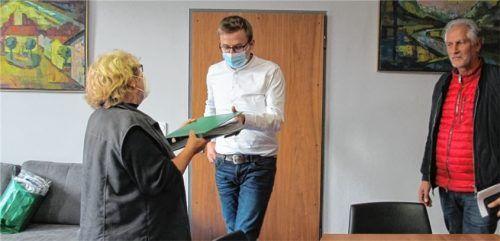 Die Initiatoren Sylvia Perner (links) und Manfred Jung (rechts) übergeben ihre Unterschriftenliste an Bürgermeister Christoph Schneider. Foto RE
