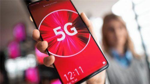 Eine Frau hält ein Smartphone in der Hand, welches bereits auf den neuen Mobilfunkstandard 5G zugreifen kann. Im Chiemgau herrscht jedoch große Skepsis gegenüber 5G, was sich in zahlreichen Bürgerinitiativen zeigt. Die jüngste bildete sich in Rimsting.Foto  dpa