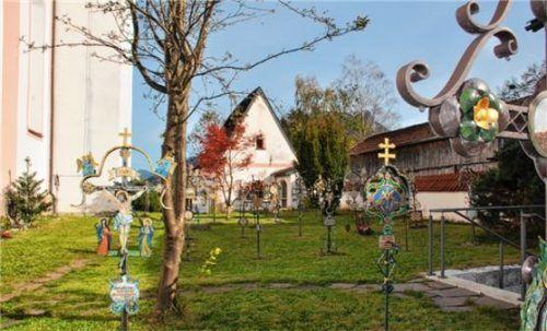 Rund um die Pfarrkirche St. Martin befindet sich der alte Flintsbacher Kirchenfriedhof. Er ist einmalig im südostoberbayerischen Raum. Die Pflege übernimmt die Gebirgsschützenkompanie. Fotos Weiss