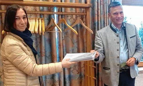 """723 Unterschriften für eine Bürgerversammlung zum Thema """"5G-Mobilfunk"""" hat Dr. Andrea Erhart-Leicht, die Sprecherin der Bürgerinitiative """"Gesundheit vor 5G – Initiative Bad Feilnbach"""" jetzt an Bürgermeister Anton Wallner übergeben. Die Unterschriften kamen innerhalb nur einer Woche zusammen. Foto  RE"""