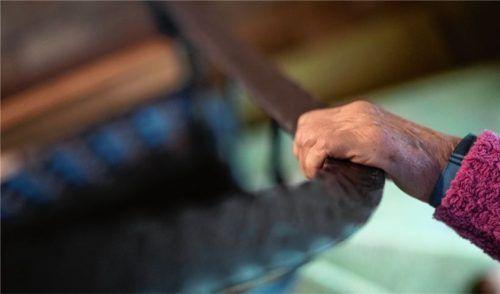 Wo ist der nötige Halt für pflegebedürftige Senioren? Der Bedarf steigt in zehn Jahren um fast ein Drittel an, darauf müssen sich die Gemeinden einstellen. Foto dpa