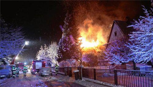 Als die Feuerwehr eintraf, hatten die Flammen bereits auf den Dachstuhl des Wohnhauses übergegriffen.