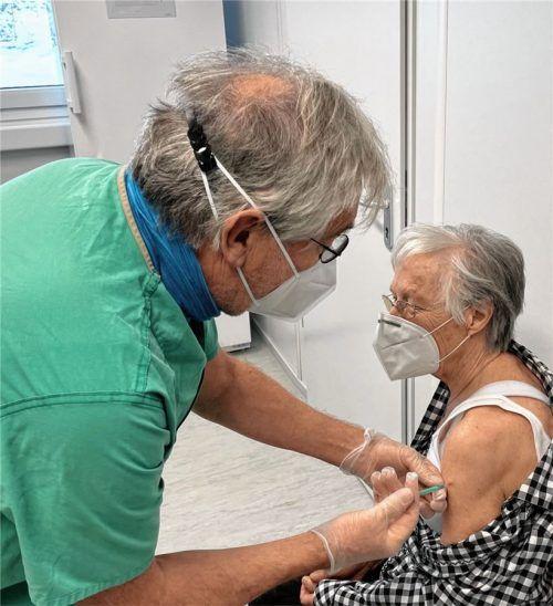 Als erste Freiwillige erhielt die 81-jährige Roswitha Mösl im Impfzentrum in Altenmarkt am 17. Januar die Zweitimpfung verabreicht.Fotos  Landratsamt Traunstein