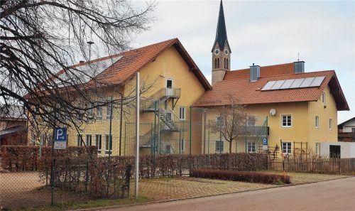 An der Grundschule Kammer soll eine neue Turnhalle gebaut werden. Dafür muss das Lehrerhaus (rechtes Gebäude) abgerissen werden. Foto Buthke
