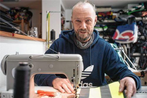 An der Nähmaschine setzt Thomas Radlmair seine Ideen zum Upcycling um. Foto  Günster