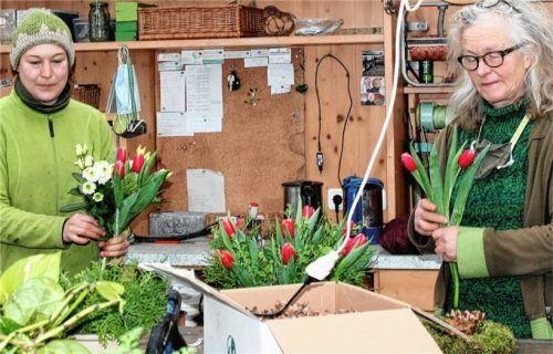 Auch im Lockdown müssen Blumenfreunde auf bunte Frühlingsboten, zusammengestellt von Anni (Meisi) Angermaier (rechts) und Nadine Lohse nicht verzichten. Foto  Strim
