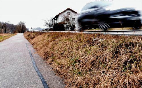 Auch in Frosching soll die Straße einen besseren Straßenbelag bekommen. Das Problem: die Anbindung an den bestehenden Radweg, der knapp einen Meter unterhalb der Staatsstraße 2086 von Brodfurth nach Furth führt.Foto Enzinger