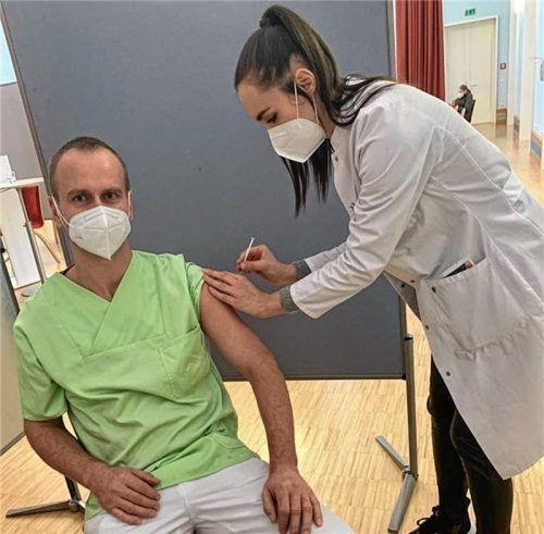 Auch Pflegekraft Stephan Heindl (links) ließ sich im Inn-Salzach-Klinikum von Dr. Susanne Vojacek impfen. Foto kbo.