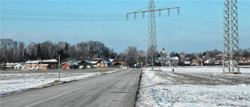 Auf der Ackerfläche am östlichen Ortsausgang von Aising könnten schon bald Doppel- und Mehrfamilienhäuser gebaut werden.Foto  Schlecker