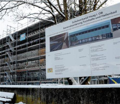 """Auf der Bautafel steht noch die Projektbezeichnung """"Turnhalle und Hallenbad"""". Am Gebäude wird es nach der Fertigstellung """"Sport- und Schwimmhalle"""" heißen. Foto Bauer"""