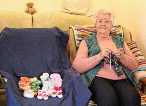 Beim Stricken ist Anna Marianyez in ihrem Element. Neulich hat sie Puppenschuhe beinahe wie am Fließband als kleines Dankeschön für die Kinder im Kindertageszentrum hergestellt.Foto  Michel