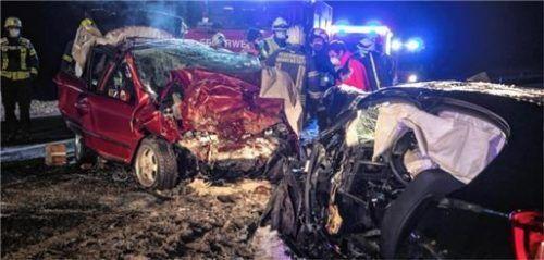 Beim Zusammenstoß dieser beiden Fahrzeuge ist am Montagabend ein 22-jähriger Mann aus Übersee ums Leben gekommen. Foto Lamminger