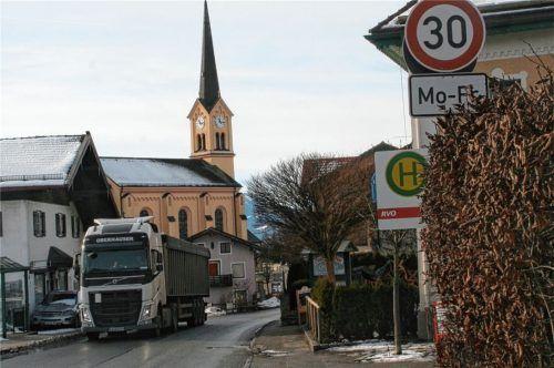 Bereits 2015 wurde die verkehrsberuhigte 30er-Zone der Ortsdurchfahrt Chieming genehmigt. Nun möchte der Gemeinderat weitere Entlastungen für den Ortskern erreichen. Foto Zandl