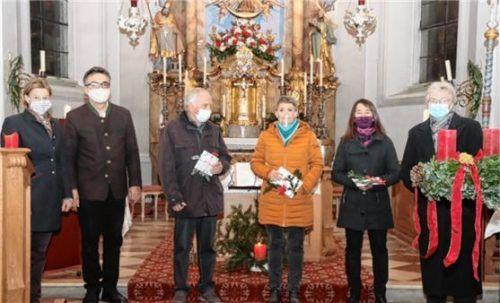 Chorleiterin Pia Hausner und Pfarrer Christoph Rudolph ehrten Klaus Wachinger, Regina Prokopetz, Rita Kurfer und Maria Poll (von links). Foto re
