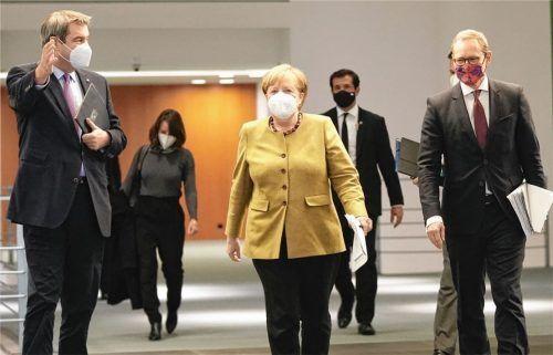 Da geht's lang: Bundeskanzlerin Angela Merkel kommt neben Bayerns Ministerpräsidenten Markus Söder (links) und Berlins Regierendem Bürgermeister Michael Müller (SPD) zur Pressekonferenz nach den Beratungen von Bund und Ländern über weitere Corona-Maßnahmen. Foto dpa