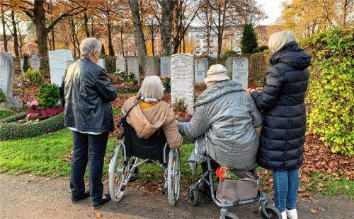 Das BRK-Hospizmobil erfüllte den Herzenswunsch einer 91-jährigen Seniorin aus Bad Aibling: Sie konnte in Begleitung von Familienmitgliedern am Grab ihres im Februar verstorbenen Mannes auf einem Münchner Friedhof Abschiednehmen. Foto  BRK-Kreisverband Rosenheim