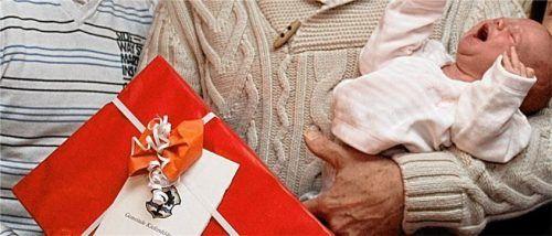 Den Eltern von 55 Neugeborenen konnte das Kieferer Bündnis für Familie 2020 ein Willkommenspaket übergeben. Foto Schmidt