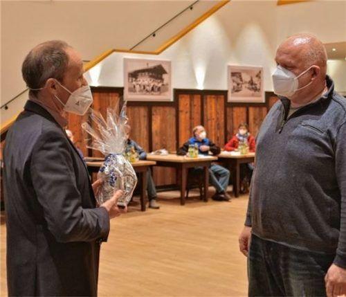 Den Zinnkrug der Gemeinde überreichte Bürgermeister Thomas Kamm (links) an den ausscheidenden Gemeinderat Matthias Landler. Foto Krammer
