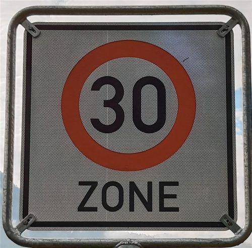 """Der Gemeinderat Kiefersfelden sprach sich in seiner jüngsten Sitzung für die Errichtung beziehungsweise Erhalt von """"Tempo-30-Zonen"""" aus. Foto Hoffmann"""