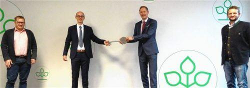 Der scheidende Vorsitzende des Beirats (von links) Thomas Steger, als beim Direktorenwechsel Andreas Kochbeck symbolisch den Schlüssel von Andreas Santl bekam, mit dem neuen Beiratsvorsitzenden Stefan Mooshuber. Foto AOK